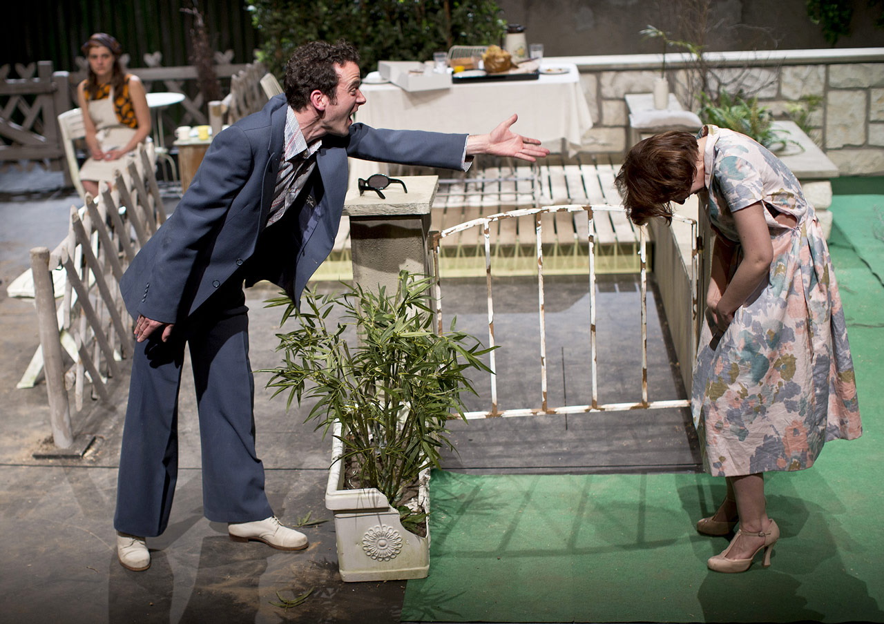 """Les deux acteurs, David Gobet (Dom Juan) et Elodie Bordas (Elvire) dans le spectacle """"Dom Juan"""" de Christian Geffroy Schlittler (2014)"""